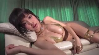 ミニ恵体グラドル、RaMu、金ピカビキニでおっぱいを魅せつける!