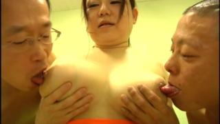 豊満恵体熟女女医、小宮由梨絵、男たちのエロい辱めを受け止め、エロエロに感じちゃう!