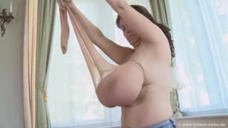 チェコ恵体熟女、Milena、おっぱいにパンストを履かせるというマニアックヌードを披露!