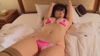 セクシー恵体グラドル、鈴木ふみ奈、ベットに横たわり、乳がはみ出るランジェリーで悩殺ポーズを連発!